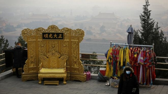 A street vendor waits for customers at a smoggy Jingshan Park in Beijing