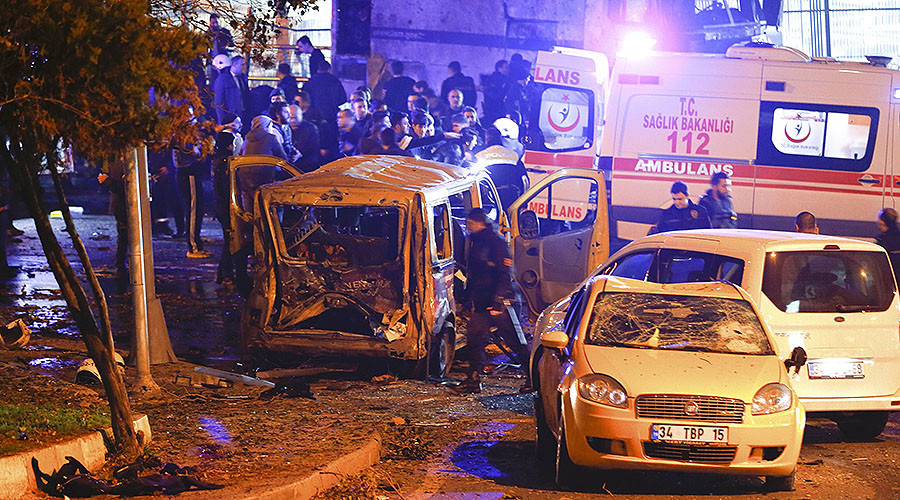 Police arrive at the site of an explosion in central Istanbul, Turkey, December 10, 2016. © Murad Sezer / Reuters
